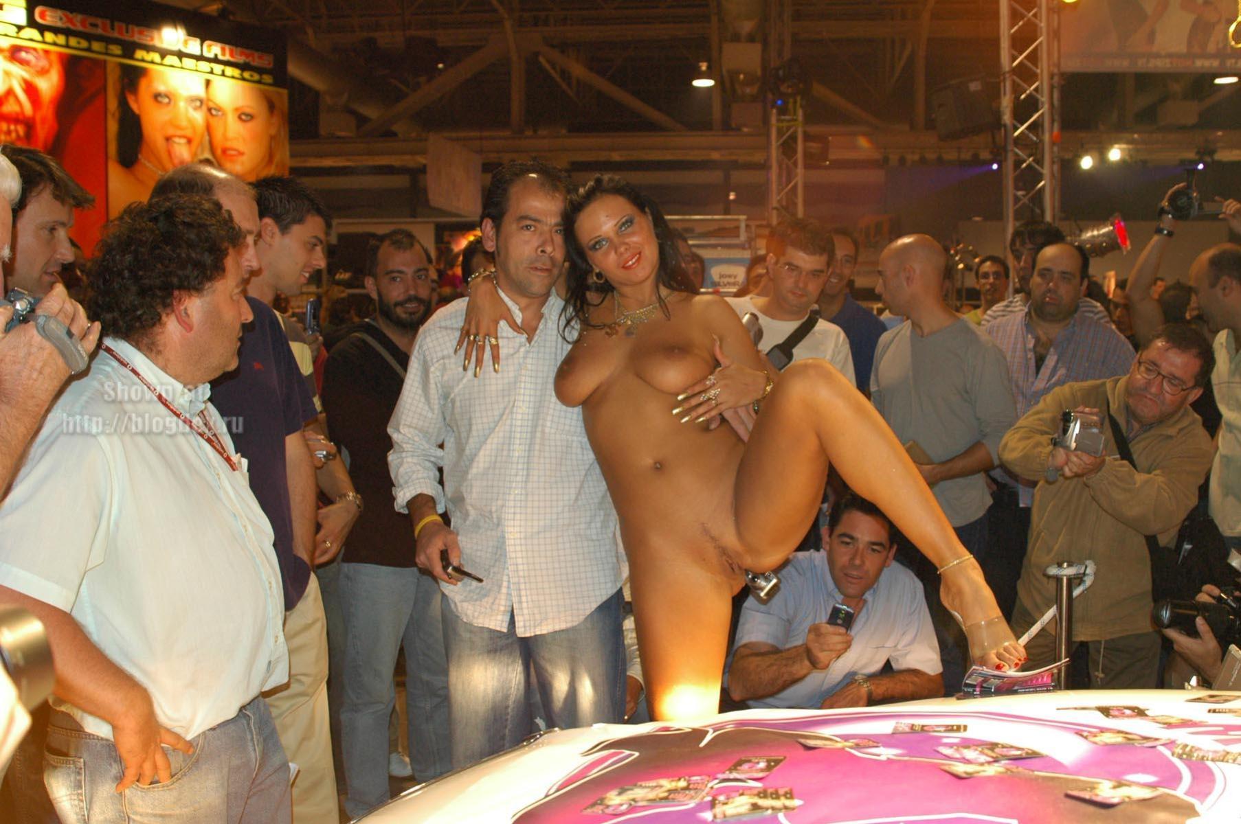Выставка голых девушек