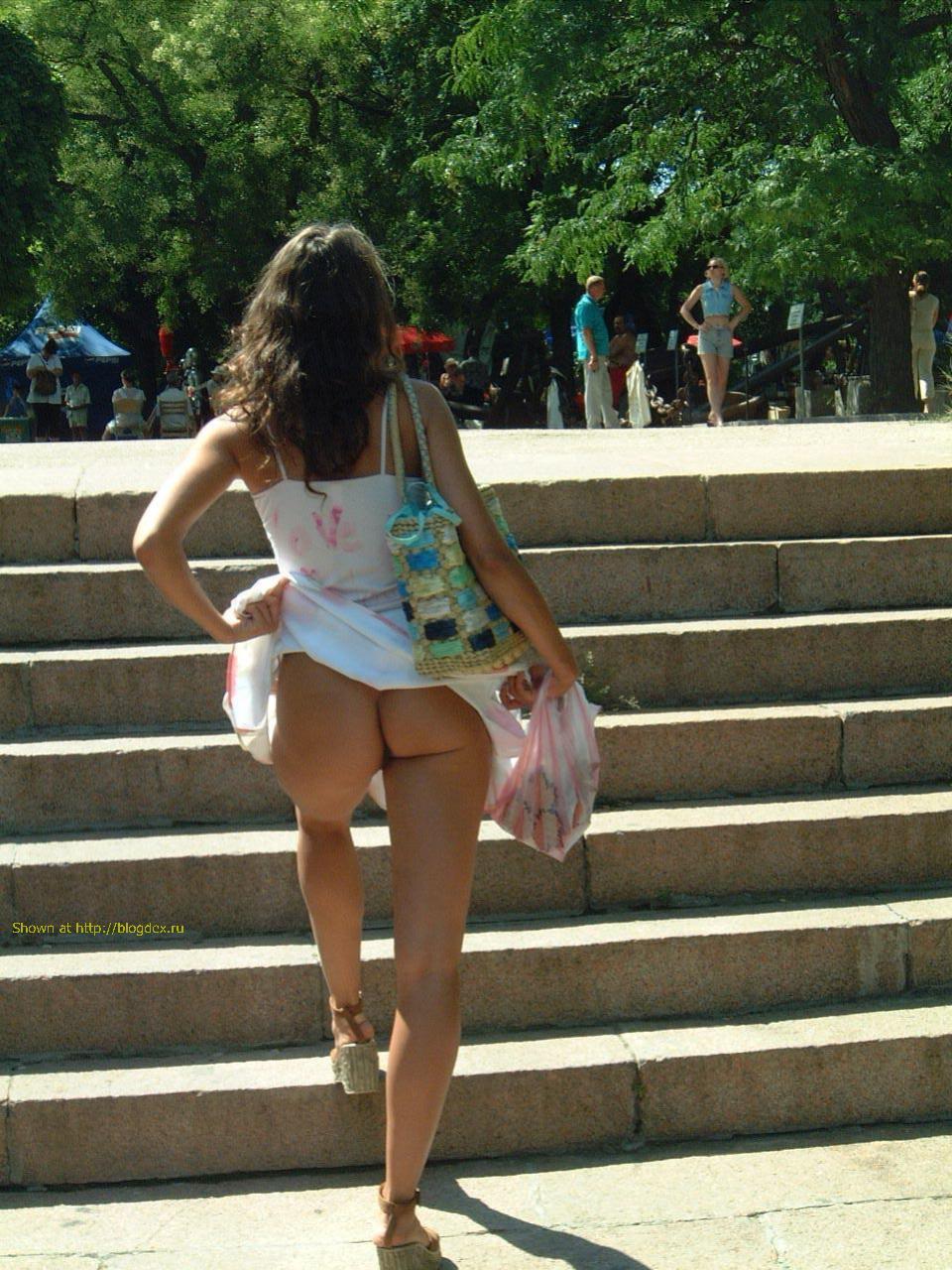 Смотреть фото девушек в колготках задрали юбки 16 фотография