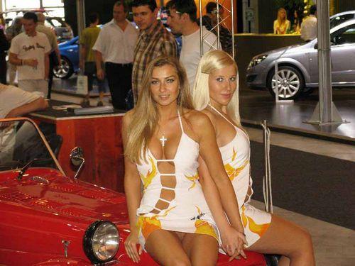 Девушки голые на автошоу