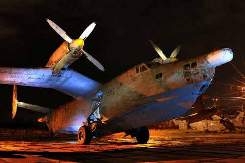 Музей авиации ночью